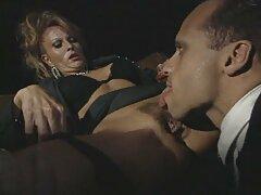 امرأة تبول على فلم رومانسي سكسي فرنسي مقعد بالقرب من المنزل