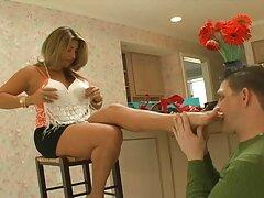 فتاة-فتاة لا تتردد في البول رقص سكسي فرنسي في الزاوية خلال المهرجان في إسبانيا